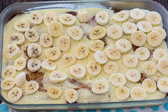 Lay the sliced bananas on cake